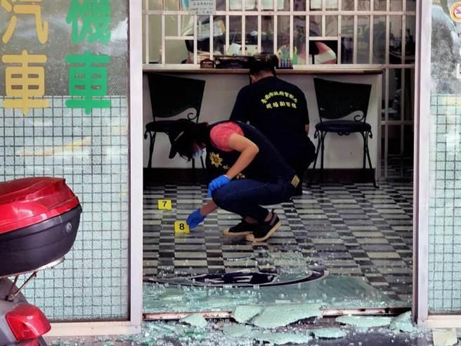 台南一間當舖遭開槍,疑嫌犯借錢不成開槍。(圖/翻攝畫面)