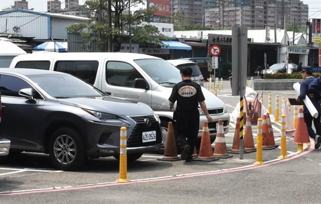 警方鑑定人員3日快步離去殯儀館,沒有表示意見。(林瑞益攝)