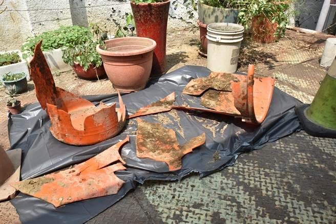 岡山警方公布藏屍的塑膠桶,請民眾幫忙指認。(林瑞益攝)