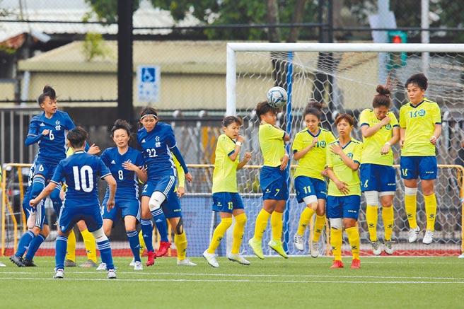 大專足球聯賽2日由台體與台師大爭后,台體球員田中麻帆(左二)踢進關鍵自由球。(杜宜諳攝)