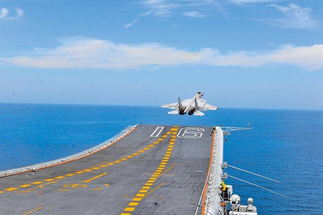 大陸殲-15艦載戰鬥機在遼寧艦滑躍起飛。(中新社資料照片)