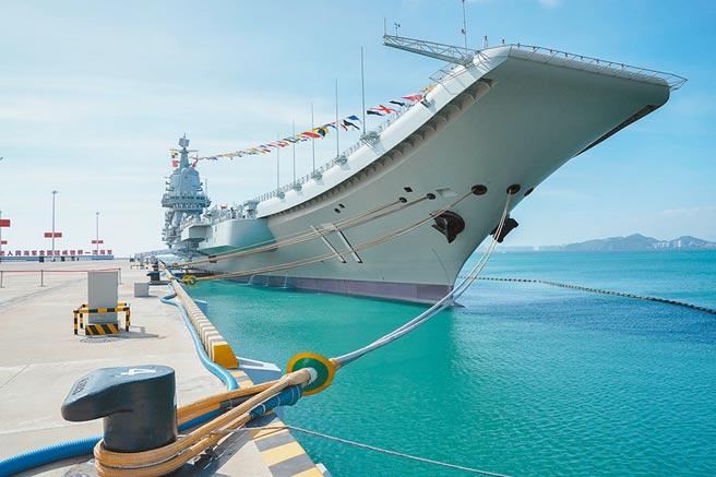 2019年12月27日,大陸首艘國產航母「山東艦」在海南三亞交付海軍。(新華社)