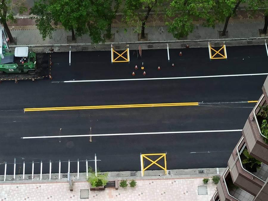 高雄路面一個晚上完成柏油鋪設。(圖/摘自李四川後援會臉書)