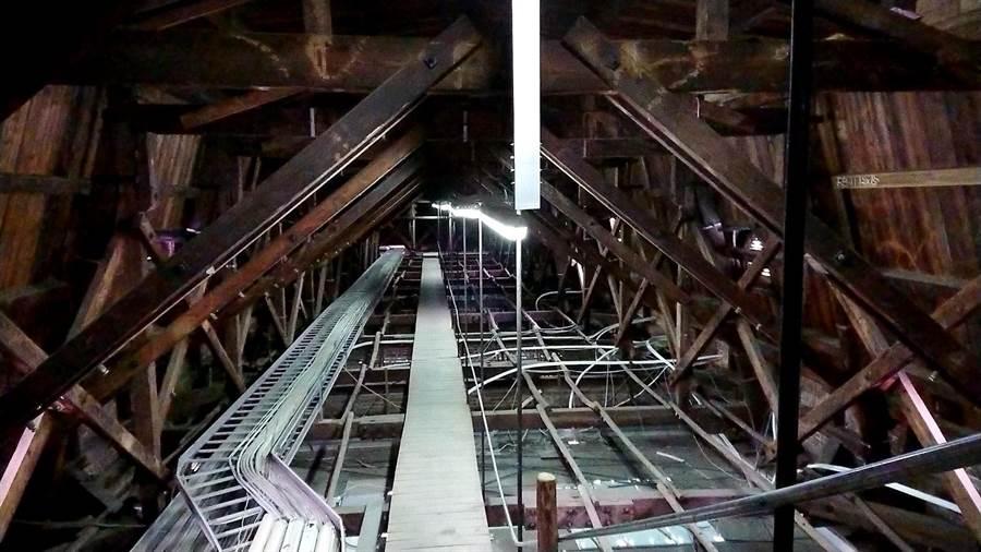 台中市文化局修繕台中州廳,發現天花板內的「貓道」。(文化局提供/林欣儀台中傳真)
