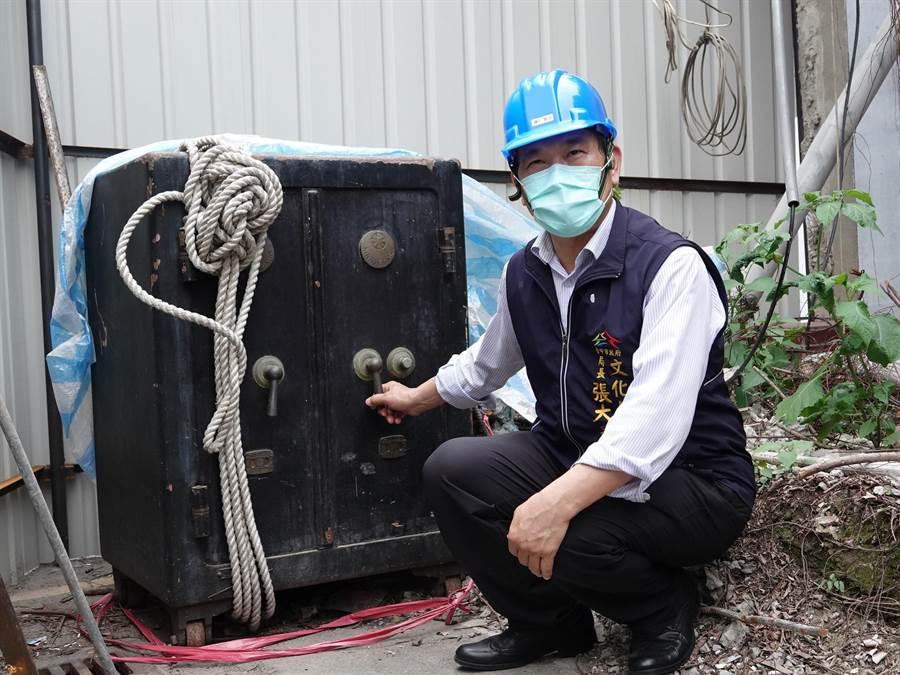 台中州廳修繕期間意外在州廳內尋獲日治時代的保險櫃。(文化局提供/林欣儀台中傳真)