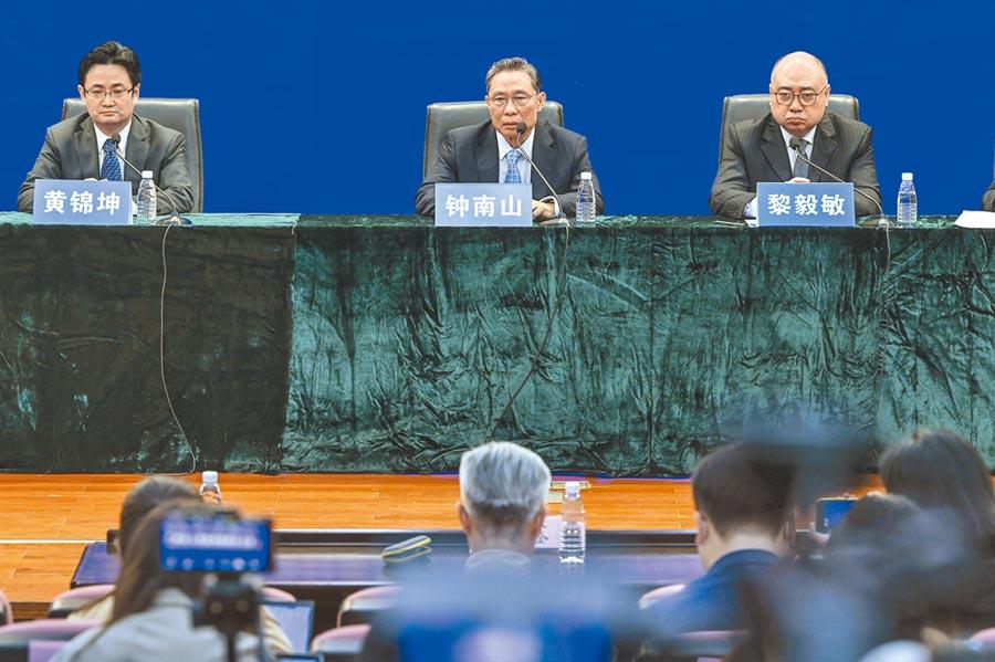 3月18日,中國工程院院士鍾南山(左)出席廣州市政府新聞發布會,就新冠肺炎的疫情防控等問題,發表觀點。(中新社)