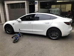 特斯拉遭5歲童撞凹 車主只開4000元佛心賠償價