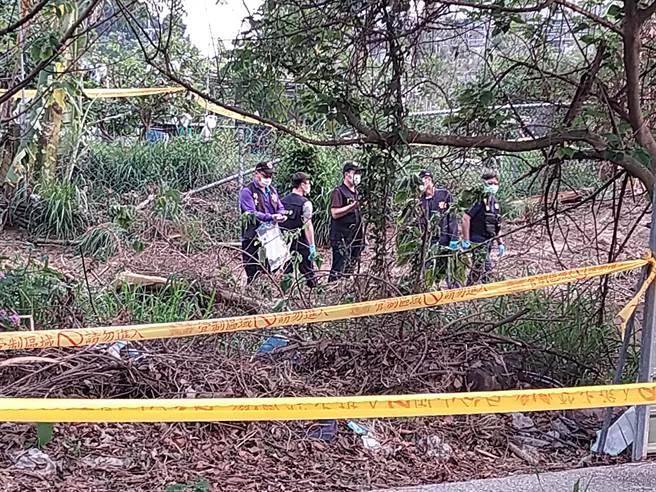 高雄捷運橋頭糖廠站1號出口對面空地驚見一具桶屍,警方到場鑑定,研判塑膠桶內裝的是具赤裸女屍。(林雅惠攝)
