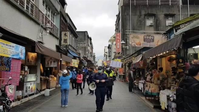 大溪警方4日至老街宣導安全社交距離。(大溪警方提供/楊宗灝桃園傳真)