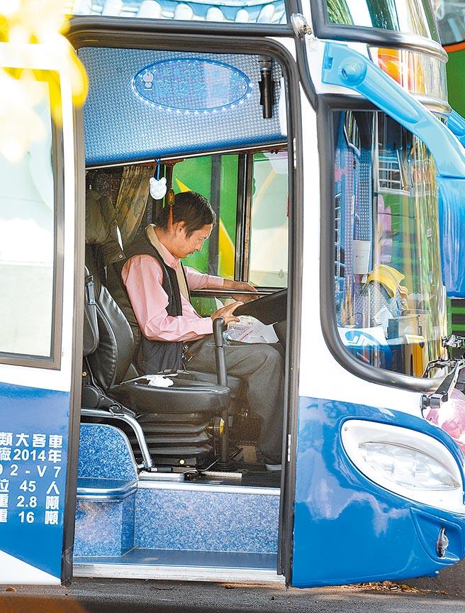 交通部預告放寬大型車職業駕駛人駕駛執照持照年齡上限,由65歲延長至68歲。(本報資料照片)