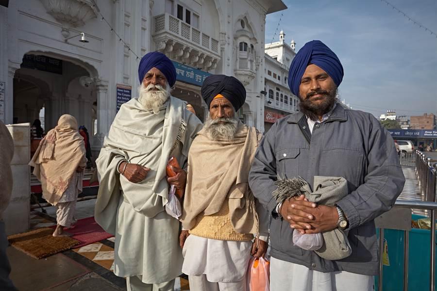 印度氣候炎熱男人為何還包頭巾?(圖/達志影像)