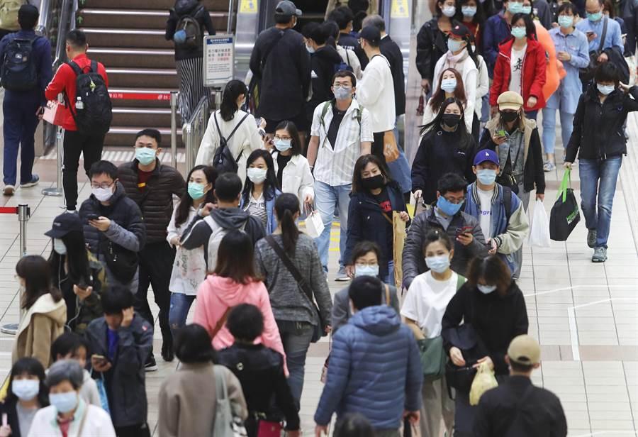 台灣人戴口罩搭捷運,已成為防疫期間的日常風景。(資料照片 季志翔攝)