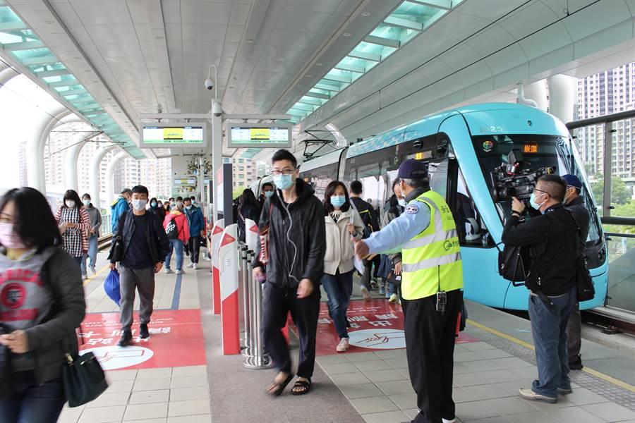 新政策上路,搭乘大眾運輸工具都須戴上口罩,否則將開罰。(戴上容攝)