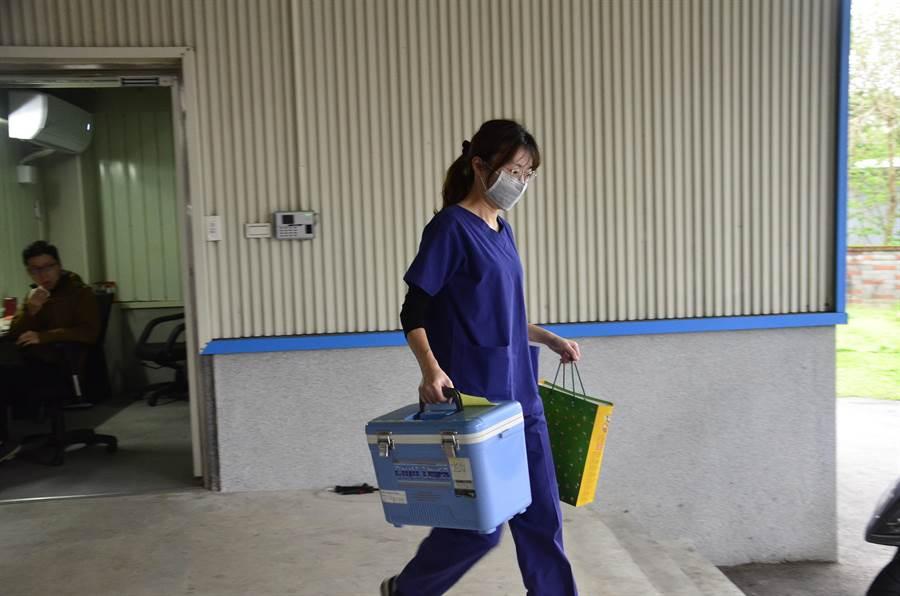 醫4日採集2名在家中死亡的居家檢疫者咽喉檢體,確認是否為確診患者,最快5日結果出爐。