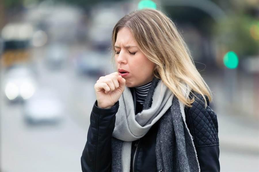 毒素就很容易累積在肺臟排不出來,輕則造成咳嗽等症狀,嚴重的還可能會致癌。此為示意圖。(達志影像/shutterstock)