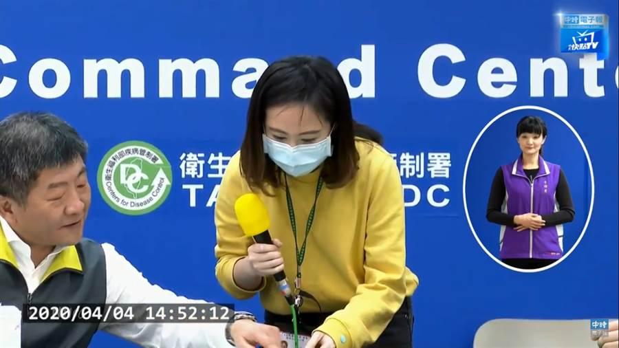 阿中部長cue女記者客語宣導,網一看暴動喊戀愛了。(圖/中時電子報直播)