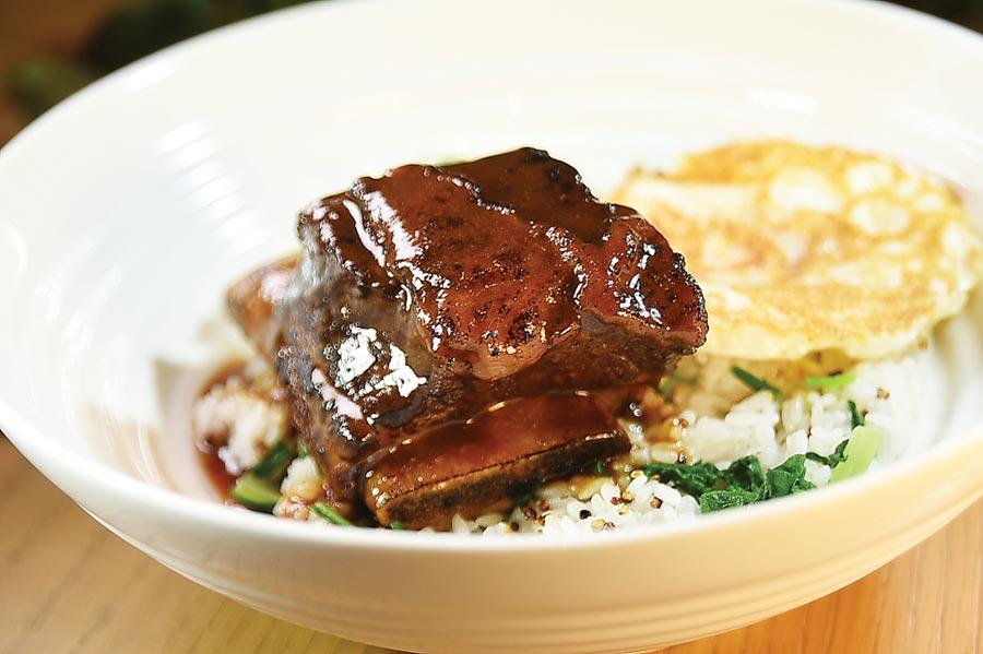 午間新菜〈帶骨牛小排紅藜麥菜飯〉,牛小排先煎過定型,再用加了紹興酒提味的醬汁浸滷,出菜前再爐烤,堪稱「牛肉版東坡肉」。圖/姚舜