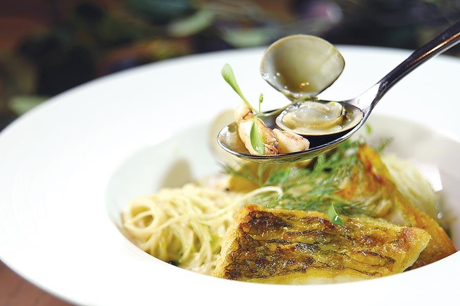 中山逸林酒店〈Alley麗〉餐廳套餐新主菜〈季節鮮魚天使麵〉,魚肉是用青衣先煎後烤,麵中並有蛤蜊和蟹腿肉,內容豐富。圖/姚舜