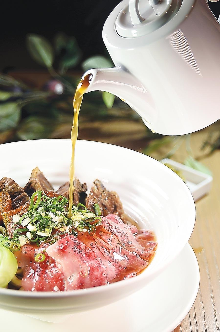 享用〈逸林和牛牛肉麵〉時,是以熱滾滾的牛肉湯凌空沖下,碗內日本和牛肉片產生類似「汆燙」或「涮」的效果,維持柔嫩度。圖/姚舜