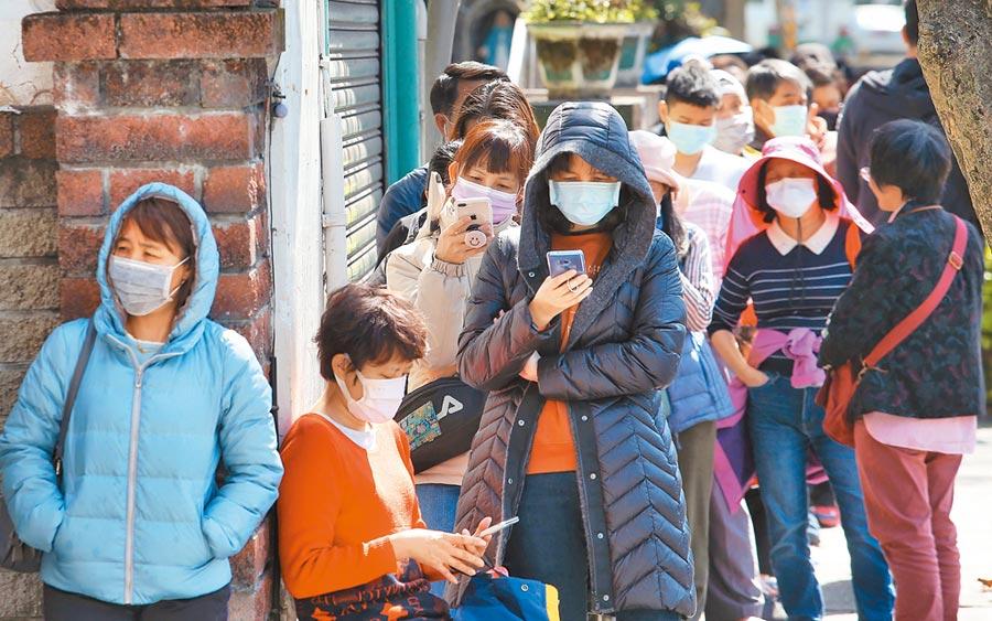 蔡英文總統宣布捐出千萬片口罩,引發不同意見,有網友建議「口罩4.0」,點名唐鳳接招。圖為民眾排隊購買口罩。(王英豪攝)