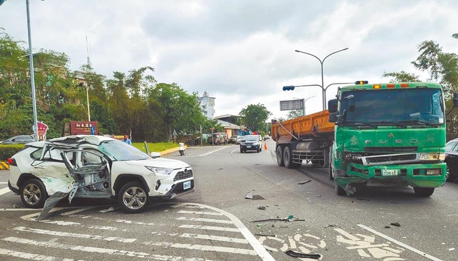 省道台9線台東知本路段3日發生休旅車與砂石車車禍意外,休旅車幾乎被撞成廢鐵。(楊漢聲攝)