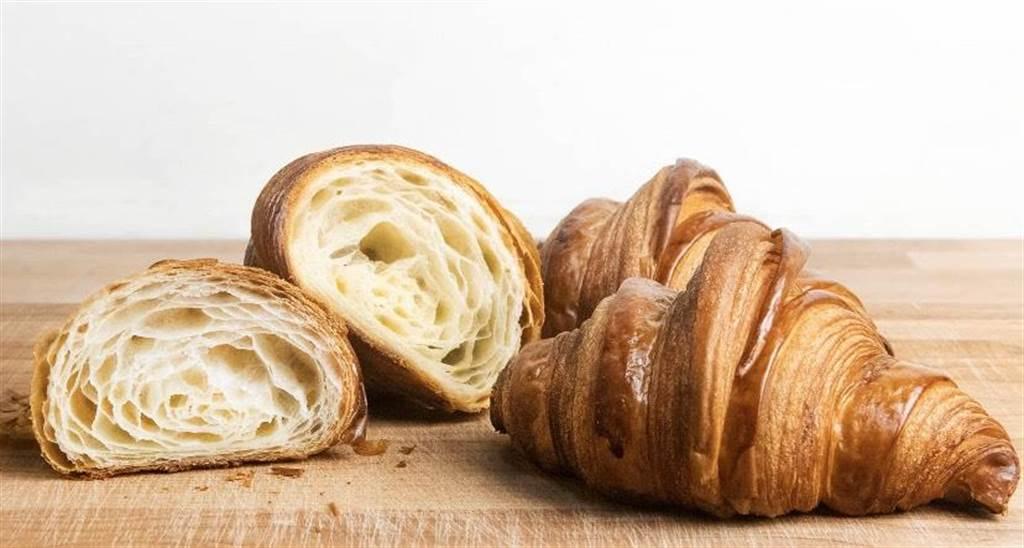 可頌40元:碩大的可頌使用法國發酵奶油,16層工法,充滿奶油香氣,沾咖啡也不易化開的口感,是有飽足感的經典早餐可頌。(馮惠宜攝)