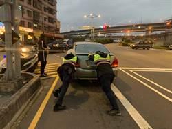 半路車故障女駕駛驚慌失措 所幸遇熱心土城警協助推車