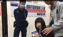 超萌娃娃音女童排隊集滿70枚口罩贈警 警:眼眶濕了