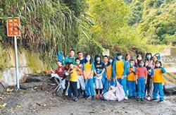 13學童小棉堡淨溪 2小時撿8袋垃圾