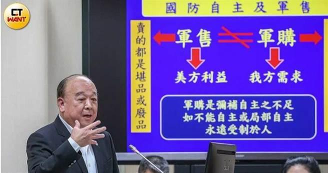 國民黨立委吳斯懷作為立院菜鳥,每天都準時7點到立院報到,準備質詢資料。(圖/鄭清元攝)