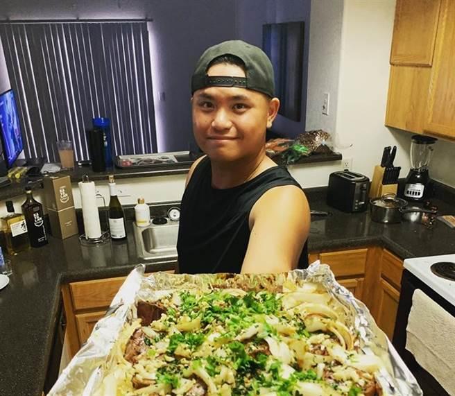 效力教士隊的胡智為分享防疫期間在家做料理的照片。(截自胡智為粉專/鄧心瑜傳真)