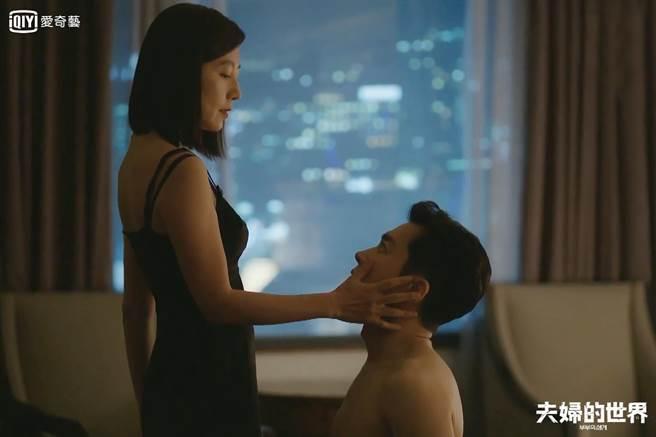 金喜愛勾金永敏飯店偷情。(愛奇藝提供)