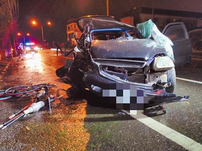 因打滑失控自撞電線桿的自小客車,車體嚴重受損變形。(宜蘭縣政府消防局提供/胡健森宜蘭傳真)