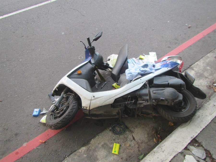 魏男騎車擦撞人行道路緣,發生自撞車禍倒地。(民眾提供/陳世宗台中傳真)