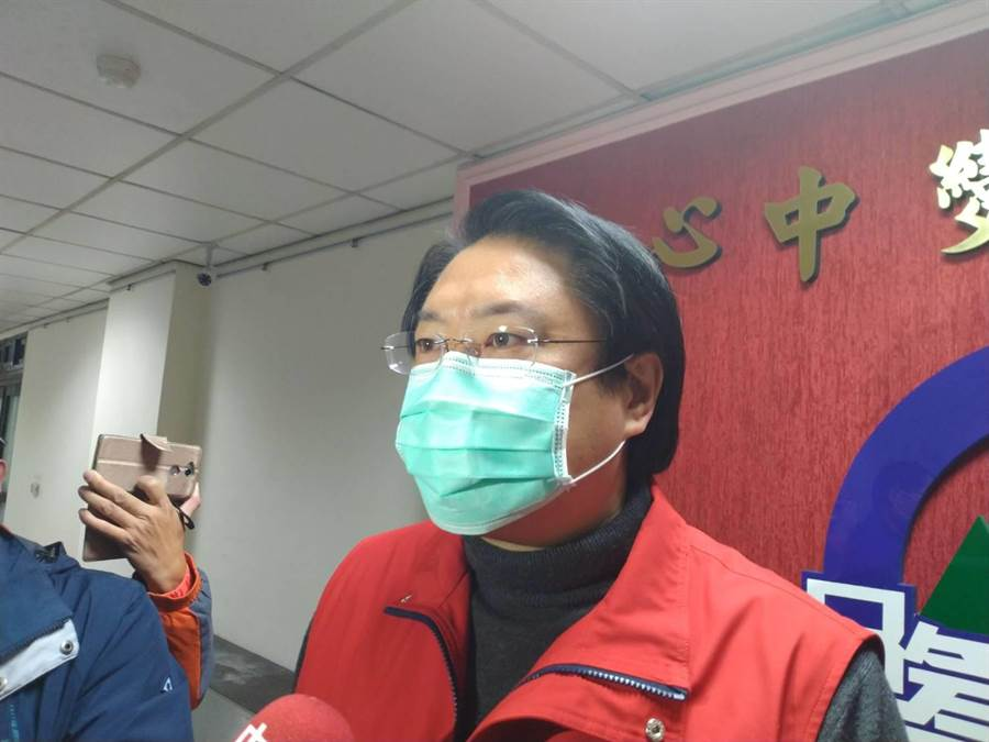 基隆市長林右昌宣布基隆市府員工,6日起一律配戴口罩上班。(許家寧攝)