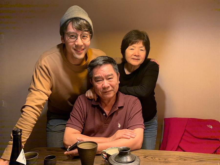 胡宇威與爸媽。(寶麗來提供)