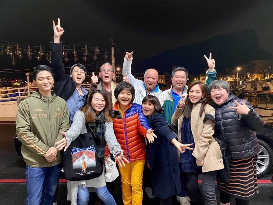 胡宇威月前帶爸媽與龍劭華等經紀公司同事聚會。(寶麗來提供)