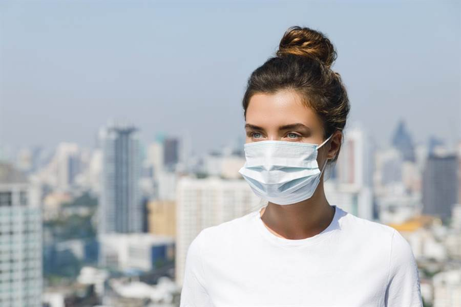 許多皮膚科醫師都發現,臨床門診因為戴口罩而戴到皮膚出狀況的患者明顯增加許多。(達志影像/shutterstock)