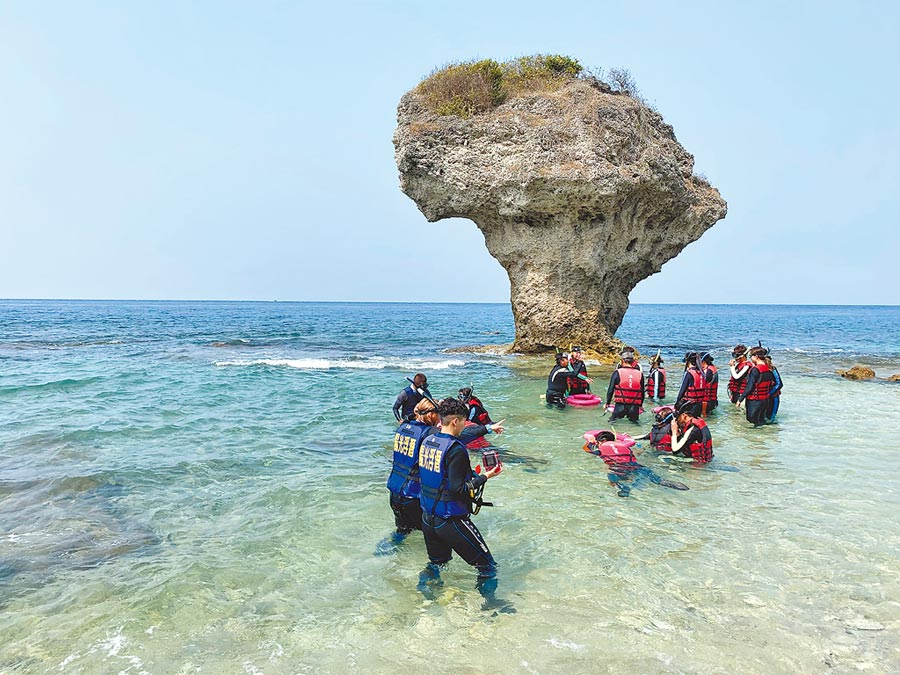 清明連假,小琉球人潮較往日冷清,圖為小琉球浮潛勝地花瓶岩。(林金池攝)