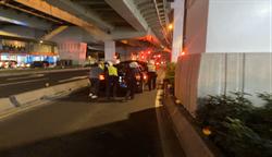 快速道路轎車故障堵車流 中和警協助排除解壅塞
