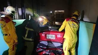 女子駕車衝入大樓機械電梯 直接從1樓翻落地下3樓