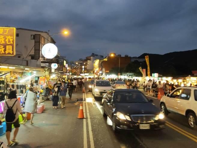圖為屏東清明連假期間,恆春墾丁大街湧入大批遊客。(資料照,謝佳潾攝)