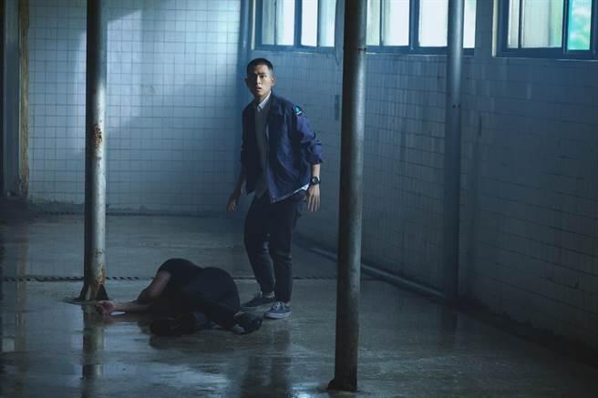 石知田在《妖怪人間》濕身拍攝。(公視提供)