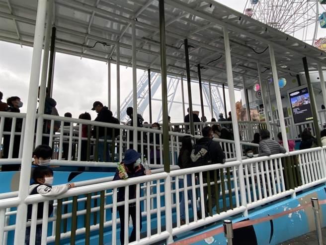 清明連假,不少家長選擇帶小朋友到兒童新樂園玩,可看到尋寶船排滿人潮。(資料照,游念育攝)