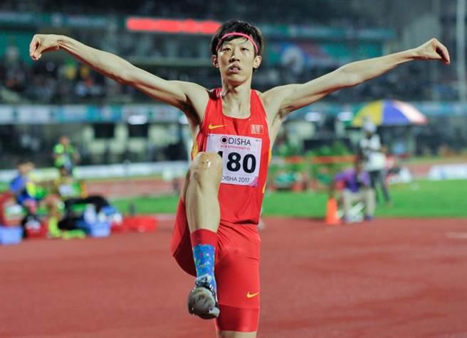 大陸男子田徑跳高名將張國偉宣布退休,他的「白鶴展翅」招牌動作也將成絕響。(新華社)