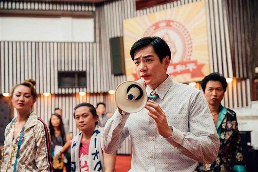 在《逃出立法院》中,禾浩辰饰演一位个性怯懦的新科立委,对社会大小事都相当无感。(图/华映娱乐提供)