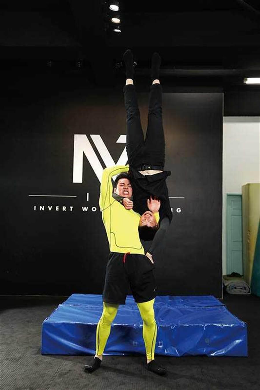 禾浩辰平时就爱看摔角,其中「吊车翻摔」是他觉得最帅的姿势。招式名称:吊车翻摔(图/彭子桓摄)