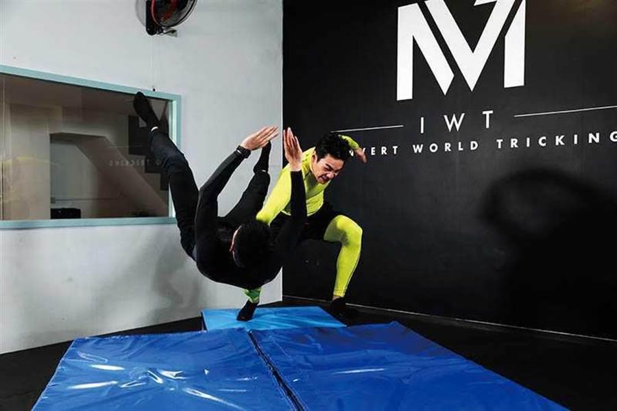 禾浩辰平时就爱看摔角,其中「吊车翻摔」是他觉得最帅的姿势。招式名称:喉轮落(图/彭子桓摄)