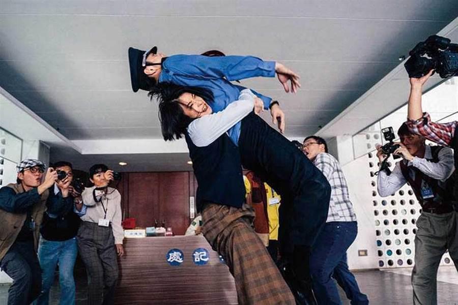 赖雅妍在片中化身脾气暴躁的前立法委员,是帮禾浩辰辅选有功的强势国会助理。(图/华映娱乐提供)