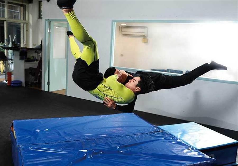 禾浩辰平时就爱看摔角,其中「吊车翻摔」是他觉得最帅的姿势。招式名称:RKO(图/彭子桓摄)